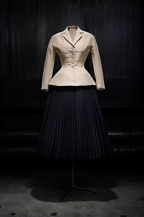 Bar afternoon suit, consisting of an ecru shantung jacket and black wool pleated skirt, haute couture Spring-Summer 1947, Corolle line. Dior Héritage collection, Paris. Photo © Laziz Hamani