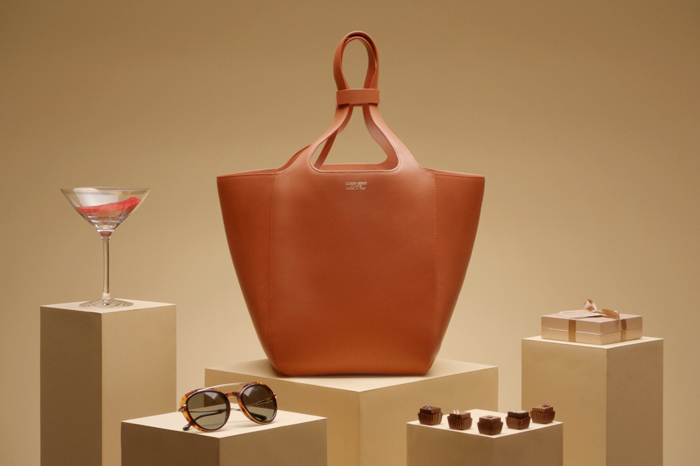 Giorgio Armani is treating us with amade-to-order pop-up service for its key bag of the season: the Le Jeu bag.
