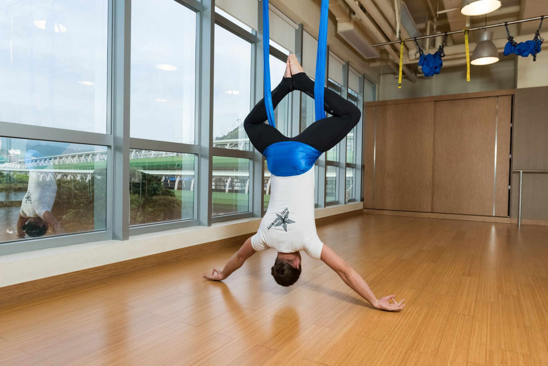 Antigravity fitness - spiderman pose