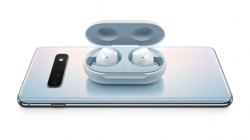 Samsung Galaxy S10 and Galaxy Earbuds
